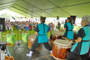 1-5d2_6975-taiko-with-crowd